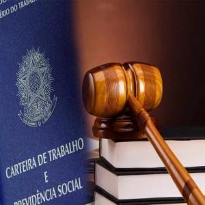 O Direito Trabalhista determina que o trabalhador formal, com vínculo empregatício, tem direito a férias remuneradas a cada 12 meses trabalhados.